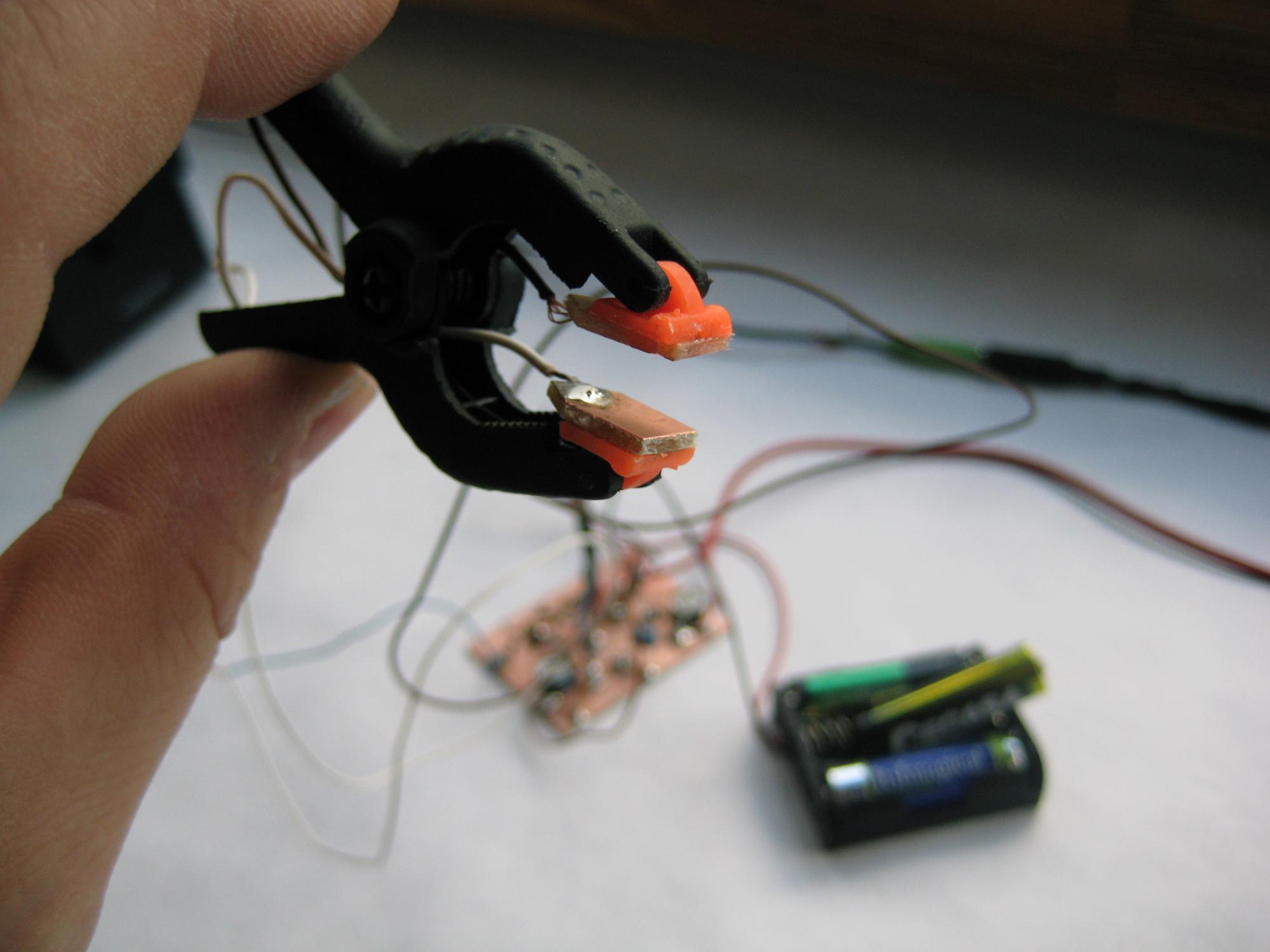 El circuito integrado está conectado a los componentes que le rodean de modo que la salida provoca una onda cuadrada cuya frecuecia es perceptible. El transistor T1 da la señal […]