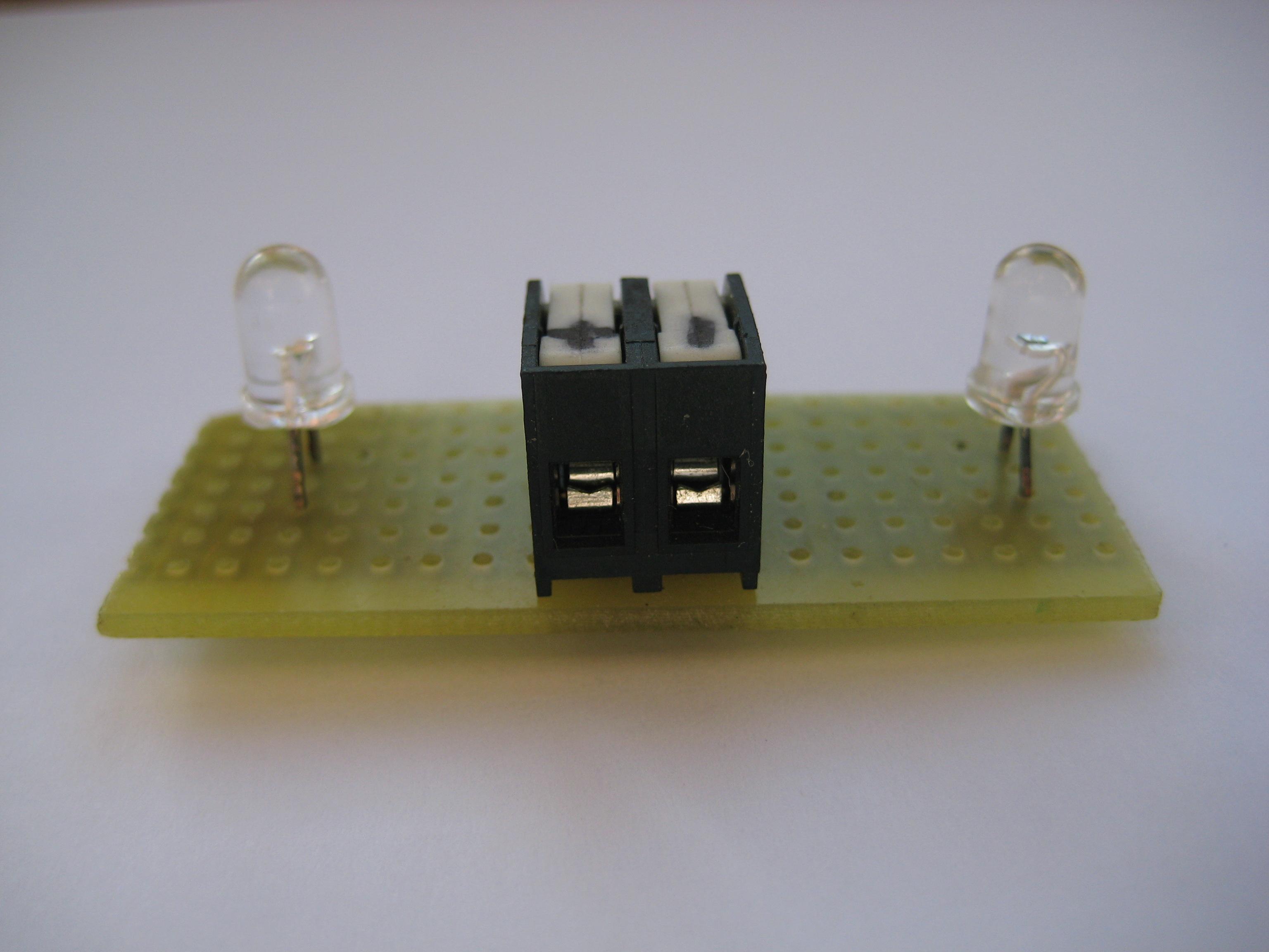 Circuito básico en el que un led está conectado con un fototransistor. La luminosidad del LEDserá proporcional a la luz incidente en el fototransistor. Puede imaginarse una matriz de […]