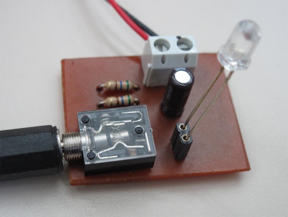 Una señal de audio de 8 ohmios modula la luminosidad de un led. El led puede optoacoplarse con un sensor y amplificar la señal para volver a ser escuchada. La […]
