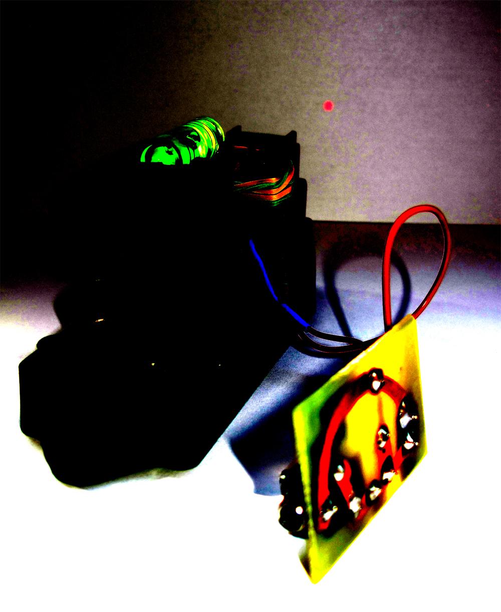 Zirkuito erraz honekin, audio seinale bat (8 ohm) laser izpi baten bidez bidali daiteke. Laser izpia diodo-aplifikagailu baten bidez jaso, eta entzun ahal izango dugu. Zirkuitoaren eskema ikusteko, klikatu AUDIOLASERPDF